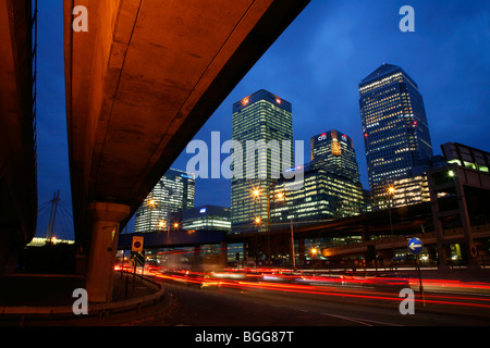 Canary Wharf Tower, HSBC Building and Citi Building seen from Aspen Way, Poplar - Stockfoto