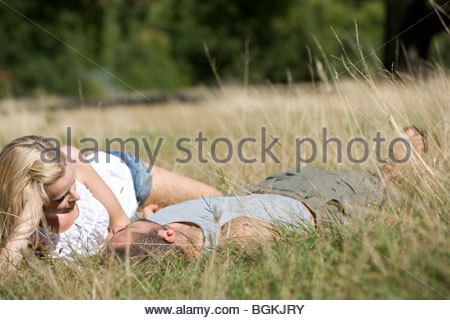 A young couple lying on the grass - Stockfoto