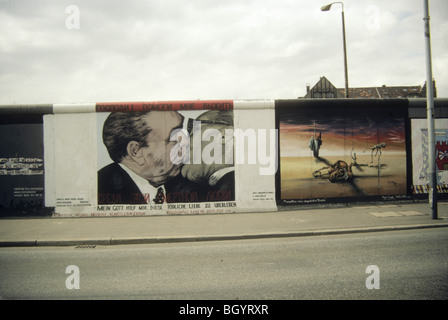 'The Fraternal Kiss,' in the East Gallery on the Berlin Wall - Stockfoto