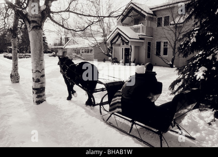 People on Sleigh Ride in Front of House Anchorage AK - Stockfoto