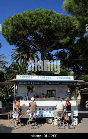Ice cream shop and fast food restaurant near the beach of Saint Maxime in southern France. Lively holidays scene - Stock Photo