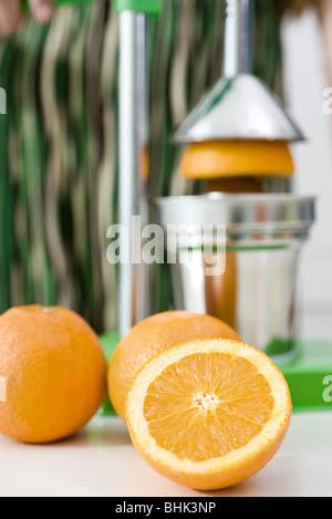 Mit Hilfe der Presse, frischen gepresster Orangensaft Pressen - Stockfoto