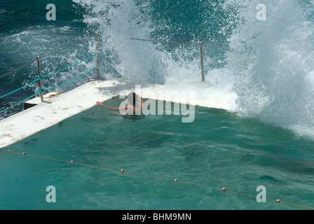 A lone swimmer resting at the Bondi Icebergs pool - Stockfoto