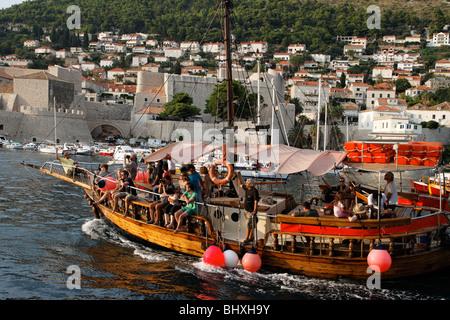 Tourist excursion ship entering old port of Dubrovnik harbour , Croatia, Europe,  - Stockfoto