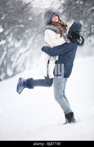 Young couple in a park. Winter season. - Stockfoto