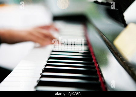 Hands on a piano keyboard - Stockfoto