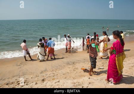 Indien, Kerala, Vypeen Island, Cherai Beach indische Besucher am Sandstrand - Stockfoto