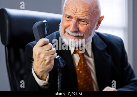 Closeup of angry businessman on telephone - Stockfoto