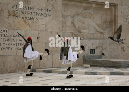 Evzones guard the Tomb of the Unknown Soldier at Syndagma square in Athens, Greece. - Stockfoto