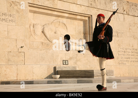 Changing the Evzones Guard in front of the Tomb of the Unknown Soldier at Syndagma square in Athens, Greece. - Stockfoto