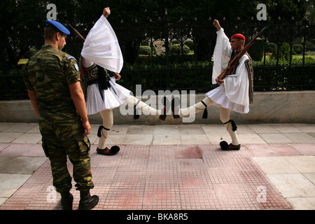 Changing the Guard of the Evzones in front of the Presidential palace in Athens, Greece. - Stockfoto