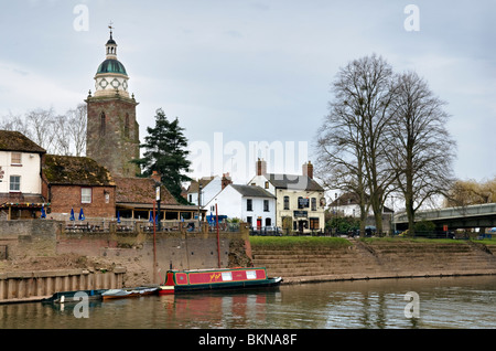 The river Severn and the Pepperpot church tower, now used as a heritage centre at Upton upon Severn, Worcestershire, - Stockfoto