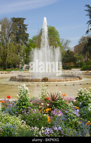 Round pond with a central fountain and water lilies in a park in the stock photo royalty free for Jardin grand rond toulouse