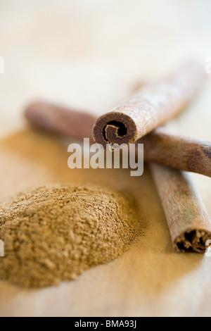 Ground cinnamon and cinnamon sticks - Stockfoto