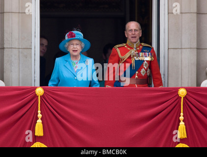 The royal family on the balcony of buckingham palace stock for Queen on balcony