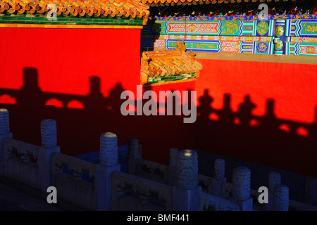 Shadow of marble railing on red palace wall, Forbidden City, Beijing, China - Stockfoto