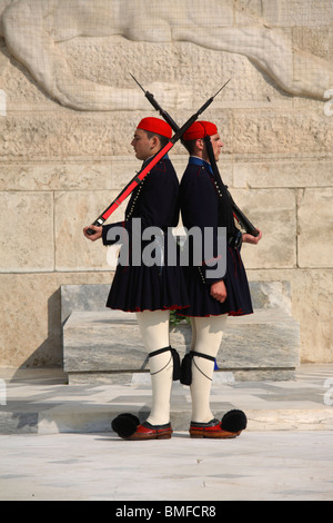 Guards known as evzones marching in front of the tomb of the unknow soldier, Athens, Greece - Stockfoto