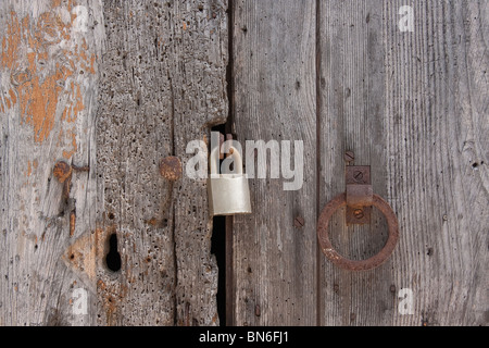 Old wooden planks door locked with rusty nails - Stockfoto