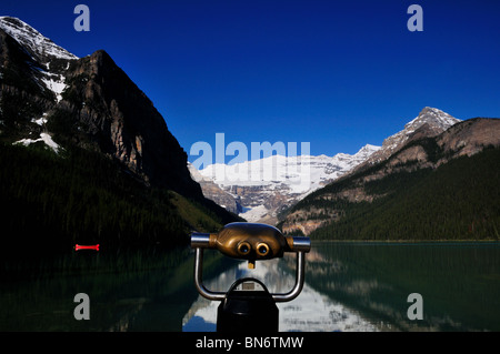 A pair of observation binoculars stand in front of Lake Louise. Banff National Park, Alberta, Canada. - Stockfoto