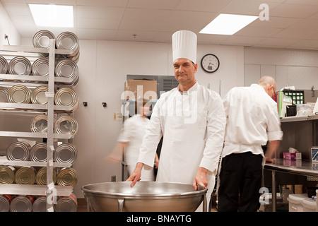Köche, die Zubereitung von Speisen in Großküchen - Stockfoto
