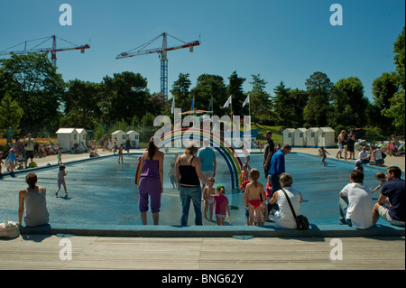 Summer heatwave and the public swimming pool or lido in for Public swimming pools paris