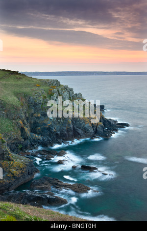Sunrise above the headland at Hot Point on the Lizard Peninsula, Cornwall, England. Spring (April) 2010. - Stockfoto
