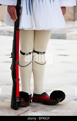 Evzones standing guard in front of the Parliament in Athens, Greece. - Stockfoto