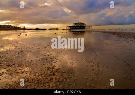 Hove, Strand und die Aussicht in Richtung Brighton und der verlassenen Pier West bei Ebbe, Brighton und Hove, East - Stockfoto