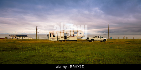 An RV camped on a lonely stretch of road on Cape Bonavista in Newfoundland, Canada. - Stockfoto