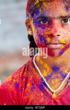 Junge Inderin mit Farbpulver Pigment bedeckt - Stockfoto