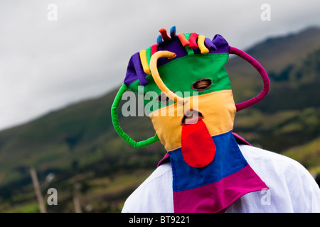 A man dancer wears a colorful masque during the Inti Raymi fiesta in Pichincha province, Ecuador. - Stockfoto