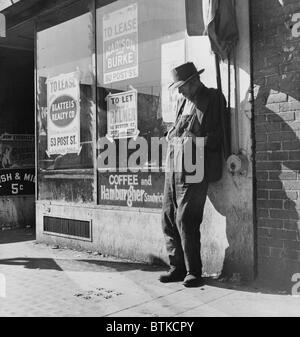Lone man in farmer's overalls, on San Francisco's Skid Row at Howard Street. Ruined farmers from the Midwest added - Stockfoto