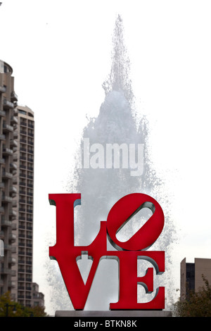 Love sculpture in front of spurting fountain, John F. Kennedy Plaza, 'LOVE Park,'  Philadelphia, Pennsylvania, USA - Stockfoto