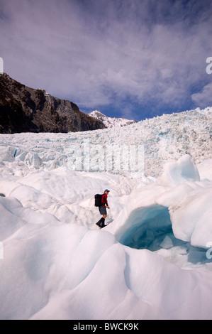 Hiker on a glacier in New Zealand - Stockfoto