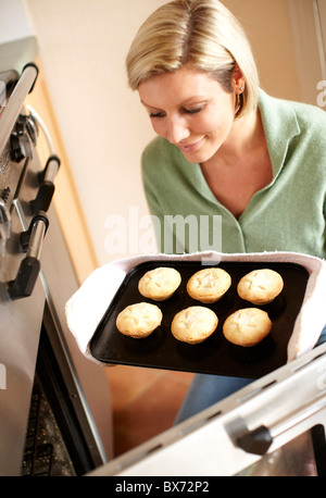 Frau Backen Mince pies - Stockfoto