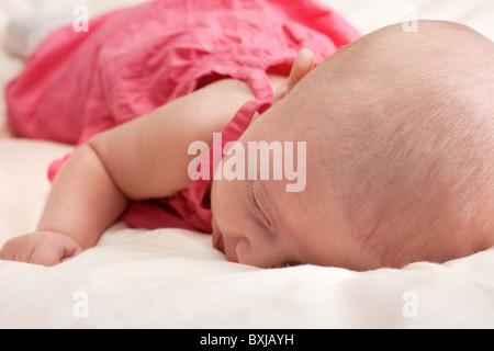 Little baby girl lying on stomach - Stockfoto