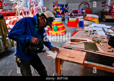 A Colombian man works in the Carnival workroom, Barranquilla, Colombia. - Stockfoto