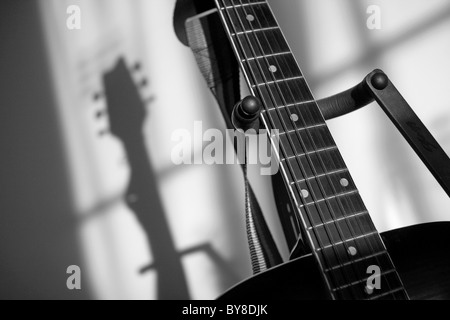Guitar with shadow from window light. - Stockfoto