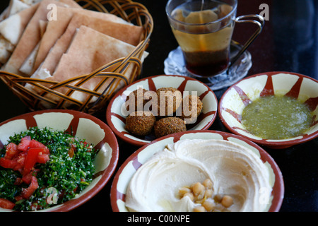 Typical breakfast of hummus, falafel salad and pita bread, Aqaba, Jordan. - Stockfoto