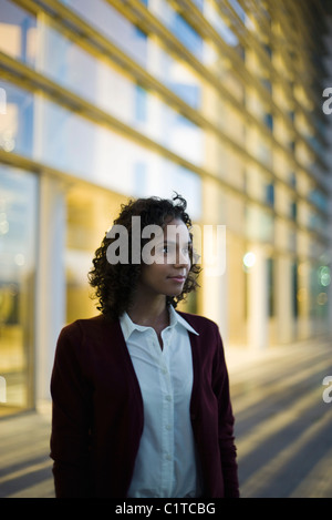 Businesswoman looking away in thought, portrait - Stockfoto