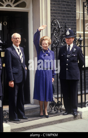 Mrs Margaret Thatcher 1983 election outside 10 Downing Street waving to crowd with her husband Denis Thatcher Election - Stockfoto