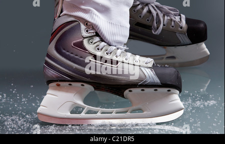 Close-up of skates on player feet during ice hockey - Stockfoto