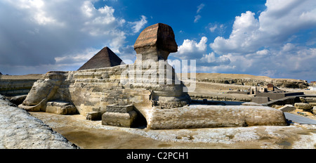 NEAR CAIRO, THE PYRAMIDS OF GIZA WITH THE SPHINX IN THE FOREGROUND - Stockfoto
