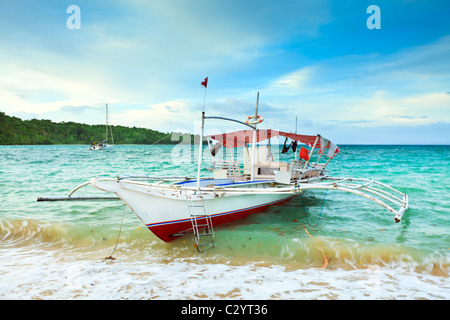 Traditional Philippine boat in the tropical lagoon - Stockfoto