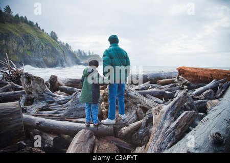 boy and woman looking at lighthouse - Stockfoto
