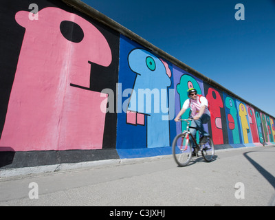 Murals painted on original section of Berlin Wall at East Side Gallery in Friedrichshain Berlin Germany - Stockfoto