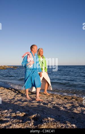Mature couple on beach - Stockfoto