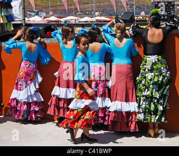 Jungen Flamenco-Tänzer Tänzerin von hinter den Kulissen von Feria de Abril beobachten. Spanien - Stockfoto
