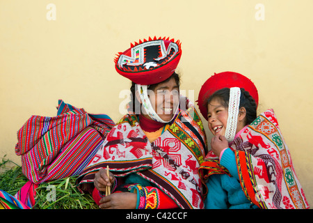 Peru, Ollantaytambo, Indian Mother and child from Patacancha or Patakancha in their traditional dress. - Stock Photo