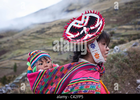Peru, Patakancha, Patacancha, village near Ollantaytambo. Indian baby in traditional dress on mother's back. - Stock Photo